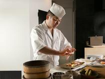 素材選びから盛り付けまで、一切妥協のない料理でおもてなし