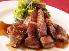 黒毛和牛を赤ワインやリンゴ・香味野菜をベースにした特製ソースで召し上がってください