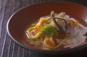 三色のうどん(黄・白・茶)を秋鮭の餡とイクラと白子のサワークリームムースで召し上がれ!