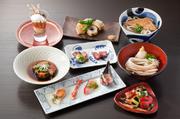 遊び心溢れる四季折々の料理をコース仕立てでお召し上がりください。 それぞれの一皿一皿にベストパートナーとなる日本酒をセレクト致します。