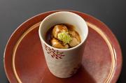 貝の出汁を使った旨味溢れるフルフルの茶碗蒸しをフォアグラ-ド-オア、熟成バルサミコソース、すりたての本山葵で食す。 貴腐ワインを連想させる甘美な日本酒と共に… 和製のフォアグラ×ソーテルヌ感覚で!