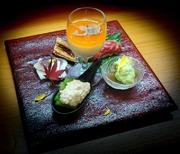 当店の新名物『トリュフ薫る濃厚出汁豆腐』を中心に季節の美味を盛り込みます。四季の移ろいをお楽しみください。