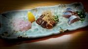 お勧めの鮮魚を3点盛りでその魚に合ったその日のソースで召し上がっていただきます。 写真左から・・・・・ ブダイ:自家製旨味塩と檸檬 メジマグロ:味噌・卵黄・カダイフ 鯵:ピリ辛胡麻だれ・分葱