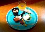 トリュフ薫る濃厚出汁豆腐を中央に 右斜め上から・・・・ 黒ムツ変わり握り、小松菜白和え、銀杏、 ひと口イクラ丼、メバチ鮪カマトロ炙りとムカゴ