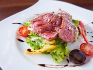 旨味を堪能できる『神戸牛の炙りサラダ仕立て』