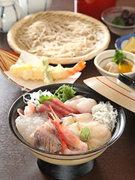 小鉢、エビと野菜の天ぷら、小そば、香の物、デザート 付き。