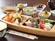 お刺身・天ぷら(車海老)煮物・酢の物・豆腐・ご飯・味噌汁・香の物・デザート