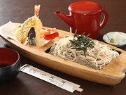 揚げたての天ぷら、ソバに小鉢が付いたセット。