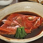 お店でつくる魚料理には、小田原港に集まる新鮮な魚介類を使用しています。20年以上継ぎ足したタレを使った『金目鯛の煮つけ』は、リピーターも多い伝統の味。甘辛でしっかりした味付けがご飯によく合います。
