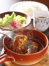 マデラ風煮込みハンバーグ ライス・サラダ・スープ付き