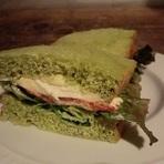 サーモンとモッツァレラチーズのサンドイッチ