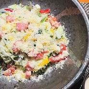 六種の具材で魚介類も豊富・韓国風ピリ辛ドレッシング・ゴマドレッシング お好みでどうぞ。