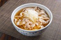 豚肉とねぎの甘みがおいしい新作麺は、ぶどう山椒との相性も良し