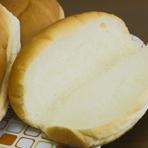 パンは秘伝の製法で、自社工場で毎日焼き上げています