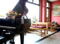 自動演奏のグランドピアノの美しい音色がお客様をお出迎えします