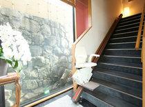 足の不自由な方のためにイス式階段昇降機を完備しております