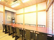 グループには和モダンなイス席をご用意しています