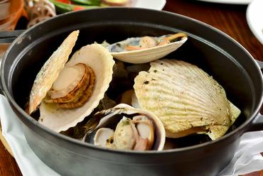 朝採れ貝でつくる『いろいろ貝の白ワイン蒸し』