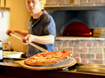 500度の薪窯で一気に焼き上げるピッツァ