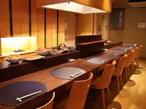 カウンターで揚げたての天ぷらを食べる至福の贅沢を