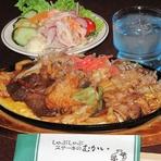 すき焼きうどんを使い牛肉と豚肉と野菜に鉄板にふわトロのたまごをしいて特製味噌をからめ召し上がれ!