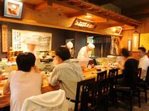 カウンター席では職人が料理をする様子を楽しみながらのお食事