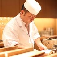 「季節の炊き込み御飯」はオーダーが入ってから作り始め、出汁に使うカツオ節は店内で削るなど、一切、作り置きはなし。和食一筋の板長による、繊細な味付けと細やかな手仕事が光る和の芸術品を堪能できます。