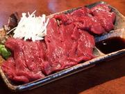 ロース、ヒレ肉の刺しです。県外ファンも多い自慢の馬刺しです。