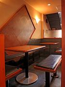 落ち着いた雰囲気の1階テーブル席。
