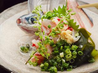漁師さんから直仕入れする旬の新鮮魚介をプリップリの刺身に