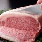 優れた但馬牛を素牛とし、兵庫県内の熟練した農家が、恵まれた環境、良質の水、高度な肥育技術を駆使し、一頭一頭に細やかな愛情を注ぎ込んだ黒毛和牛の最高牛肉です。