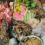 伊勢海老、鮑、神戸牛、金目鯛など、贅沢な食材をひとつの鍋で食べる珠玉の鍋料理。老舗の歴史と粋が詰まった「黄金の出汁」が食材の美味を引き立てる、食通垂涎の鍋懐石。