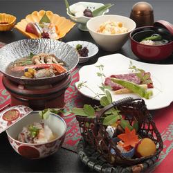 会席料理又は鍋料理からお選びいただけます。魚すき、伝統の味ぐそく鍋DX、すっぽん鍋からお選びください。