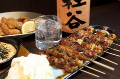 串焼きの盛り合わせとお刺身の盛り合わせが付いた宴会コースです。