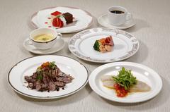 メイン料理2品(お魚、お肉)がついたコースメニューです!!絶景を見ながらお楽しみ下さい。