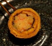 蟹の身、チーズ、玉子を海苔巻きにしたお料理です。