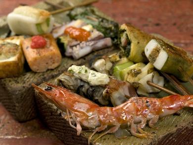用意された串は30種類以上!お肉、海鮮、お野菜などをバランスよく、旬の串も加えて順番にお焼き致します。