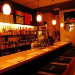 ジャズが流れる落ち着いた空間はお酒好きのお一人様に好評。カウンターから見える焼酎棚は、鹿児島をはじめ各産地の焼酎が充実。一品料理も「380円~」ご用意しておりますので気軽にお立ち寄り下さい。