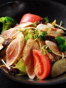 鹿児島産の地鶏ササミを用いたサラダは焼酎ドレッシングでどうぞ