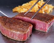 日本各地の厳選されたA5ランク牝牛のみを使用した鉄板焼『黒毛牝和牛テンダーロインステーキ』