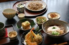 天ぷら盛合せ他、全9品のコース。おそばも一部を除きお好きなものを選択できます。