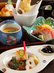 お刺身、天ぷら、小鉢、焼物、茶碗蒸し、お新香、ご飯、みそ汁、デザート、コーヒー付
