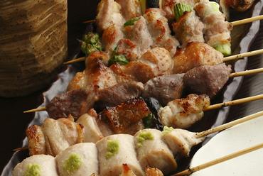 炭火で焼き上げるブランド鶏『紅ふじ鶏』のジューシーな味わい