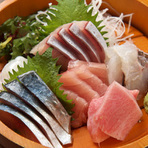 1人前1250円~ございます。 その日仕入れた旬の鮮魚を存分にご堪能ください。 本日の鮮魚は店内のオススメボードをご覧くださいませ。
