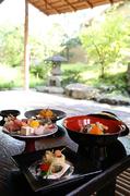 せせらぎの音に耳を傾け旬を味わう至福のひととき四季折々の風景が彩る庭園を眺めながらの会食をどうぞ.