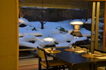 雪をまとった庭園を眺め北陸の雰囲気を満喫。