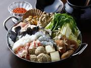 ベースは味噌味で、たっぷりな野菜6種・お肉・お魚のお鍋。トッピングは約30種類あり、お好みで追加◎