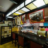 カウンター席では、板前の包丁さばきを楽しみながら、美味しい料理とお酒が呑める気軽な雰囲気。山口県の地酒やこだわりの焼酎も取り揃えております。