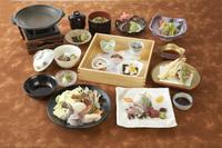 ・前菜五種 ・お造り三種盛り ・季節の陶板焼き・季節の揚物 、鉢物 、煮物 ・御飯物 ・汁物 ・デザート