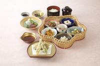 ・花籠小鉢六種 ・魚のお造り二種盛り ・季節の天婦羅 ・御飯物 ・汁物 ・香物
